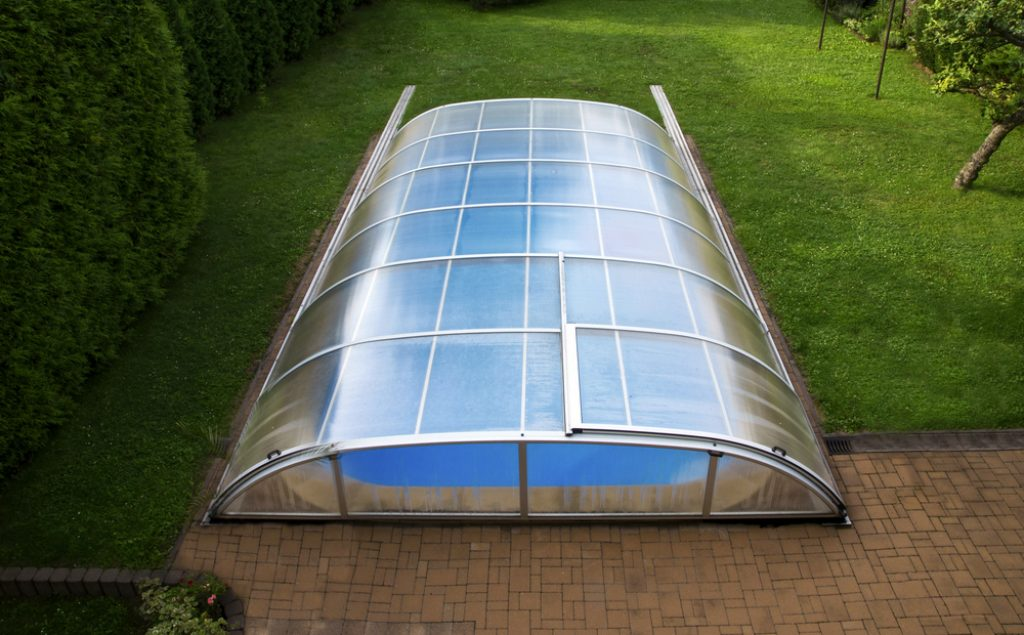 Couverture piscine dans un jardin