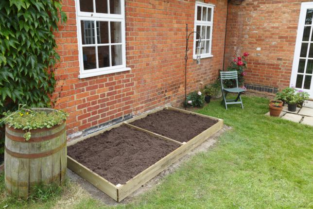 Deux petits carres potagers contre le mur pour planter des légumes