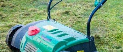 Aérateur de pelouse retirant la mousse du jardin