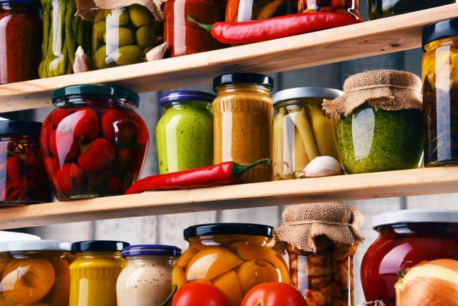Bocaux de diverses récoltes conservées sur une étagère