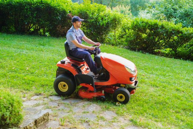 Professionnel d'entretien de la pelouse