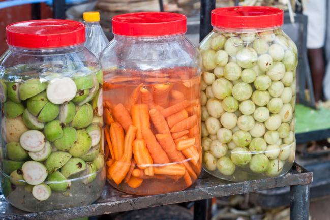 Groseilles et carottes marines dans de l'eau salée pour être conservés