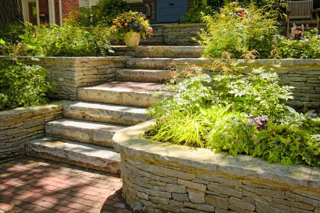 Aménagement d'un petit jardin - planter en différents niveaux
