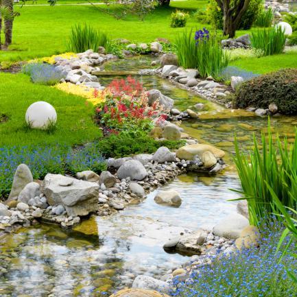 Massifs fleuris dans un jardin style asiatique